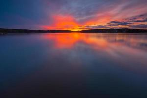 pôr do sol colorido sobre o lago foto