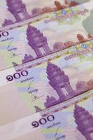 notas de diferentes riels do Camboja em cima da mesa foto