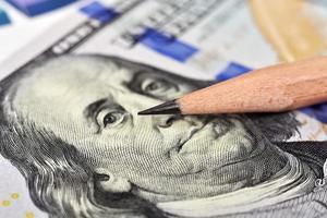 dólar e lápis
