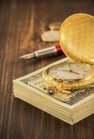 notas de dinheiro dólares na madeira foto