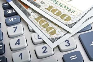 conceito de negócio - calculadora e dinheiro foto