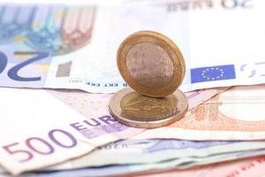 notas e moedas de euro em dinheiro foto
