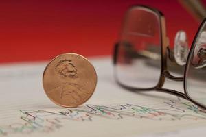 closeup de centavo no gráfico. foto