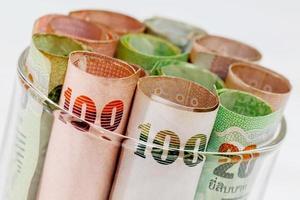poupança de dinheiro tailandês em vidro foto