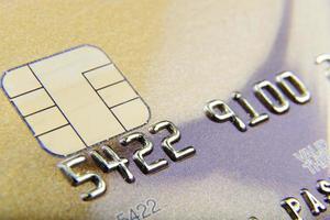 close-up de cartão de banco dourado foto