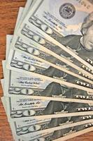 pequena pilha de dinheiro americano foto