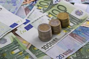 notas de euro moedas dinheiro isolado foto