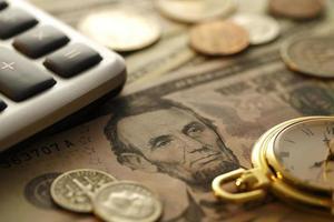 tempo e dinheiro. tom de ouro. close-up - imagem de stock