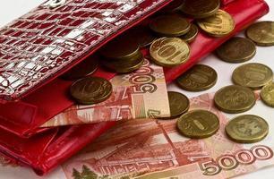 dinheiro em uma bolsa vermelha foto