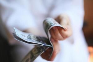 dólares. dinheiro nas mãos foto