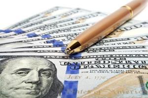conceito de negócio - dinheiro e caneta foto