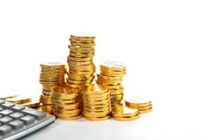 pilha de moedas de ouro crescendo foto