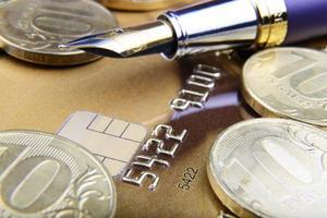 dígitos e caneta em close-up do cartão de crédito foto
