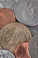 moeda americana e muitas moedas internacionais foto