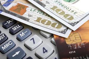 conceito de negócio - cartão de crédito, calculadora e dinheiro foto