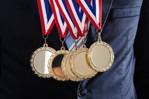 empresário vestindo medalhas de ouro foto