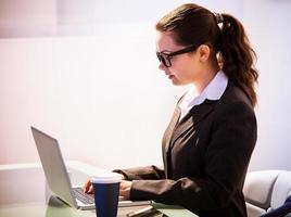 empresária usando laptop