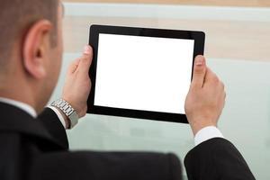 empresário usando tablet digital no escritório foto