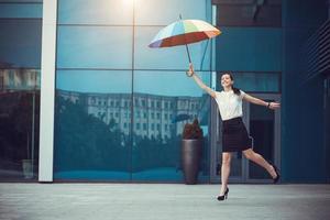 mulher bonita com guarda-chuva de arco-íris foto