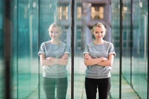 mulher de negócios jovem no interior de vidro moderno foto