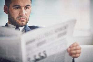 lendo notícias foto