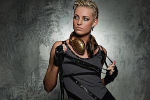 garota punk de vapor com fones de ouvido foto