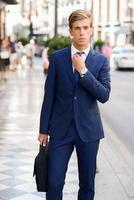atraente jovem empresário em meio urbano