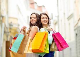 mulheres bonitas com sacolas de compras em grosso foto