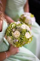 damas de honra em verde com buquê de casamento foto