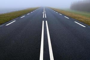 estrada nevoenta - névoa foto