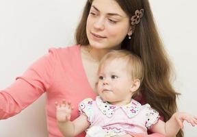 jovem mãe com o bebê de 11 meses de idade.