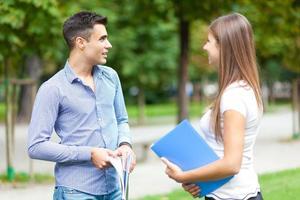 jovem casal conversando ao ar livre