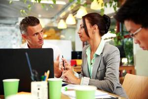 pessoas de negócios, reunião em torno da mesa
