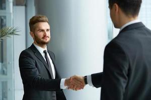 parceiro de negócios bem sucedido, apertando as mãos foto
