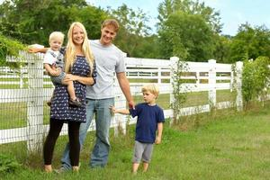 família feliz fora por pastagem de cavalo foto