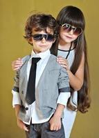 retrato de menino e menina em vestido elegante foto