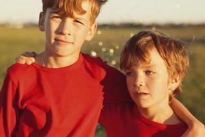 retrato de dois irmãos felizes foto