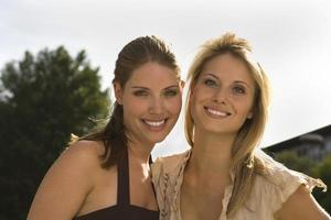 retrato de mulheres felizes ao ar livre foto
