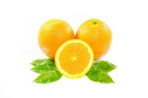laranjas com folhas foto