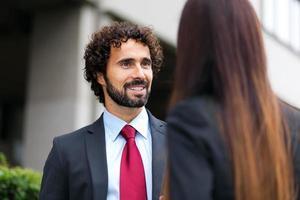 pessoas de negócios, falando ao ar livre foto