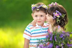 retrato de menino e menina no verão foto