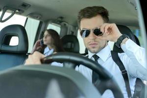 pessoas de negócios no carro foto