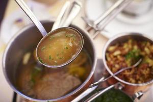 sopa de carne clara em uma concha foto