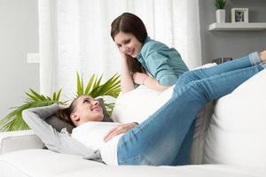 namoradas sorridentes na sala de estar