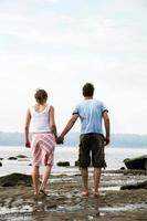 casal à beira-mar foto