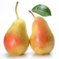 duas peras apetitosas com uma folha.