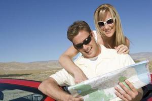 casal olhando o mapa de estradas foto