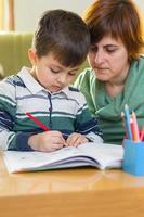 menino fazendo lição de casa