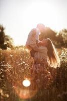comunicação mãe feliz com o filho em um campo de trigo foto