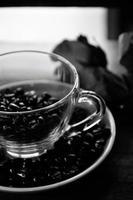xícara de café e Pires em uma mesa de madeira